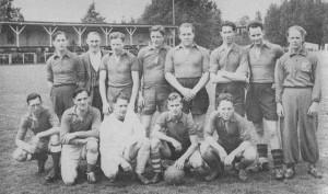 SDV 1 1957: L. Oosterman, J. Ooms, D. Jansen, P. Medeblik, H. de Jong, J. Ruitenberg, L. Bronwasser, C. de Groot, F. de Groot, E. Hulshof, M. van Berkel, W. Nijhof, G. Ouwens