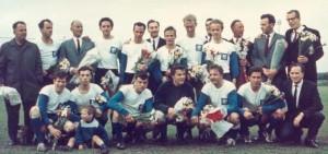 SDV 1 kampioen 1966: trainer H. Ernst, voorzitter dhr. v.d. Velde, Theo de Jong, Aad de Groot, Leen Oosterman, Wim Nijhof, Rijk v. Eck, Arie Pluijm, Dhr. Luijendijk Sr., Dick Harteveld, Teun Menses, Arnold Looije, Henk Staal, Joop Jochims, Bert Gunneman, Peet Heugens, Han Knegt, secretaris Cees de Vogel